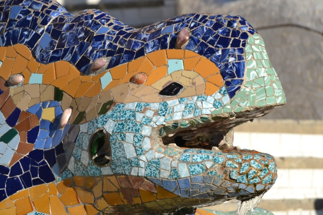 The dribbling lizard statue in park guell.